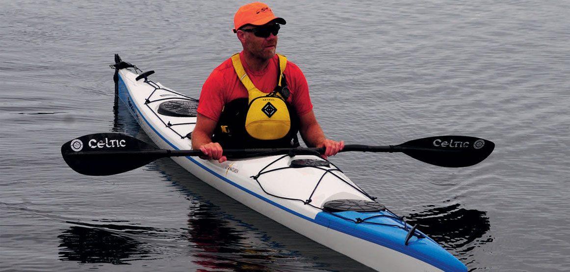 WK 525 sport har full havkajakkrigg, og det er god høyde til aktive bein under fordekk.