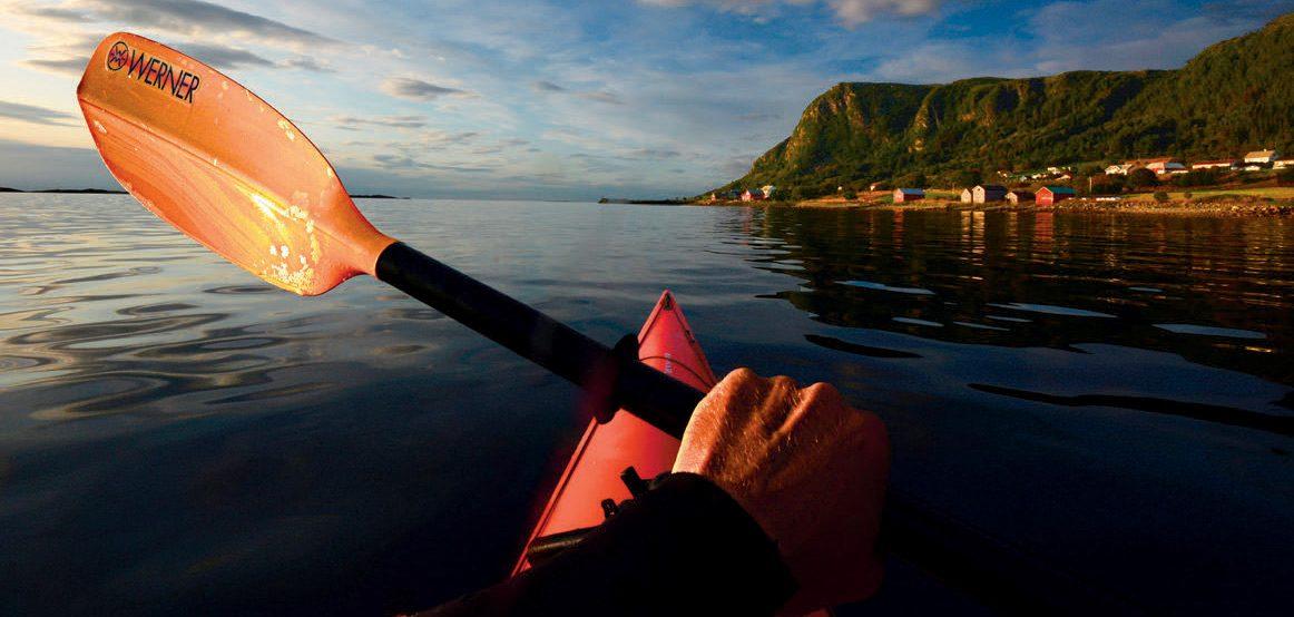 En padletur en stille sommerkveld i Ulsteinfjorden kan aldri bli feil. Her er jeg på vei utover fjorden for å finne meg en sandbank i en vik, der jeg gjør strandhugg og inntar kveldsmaten.