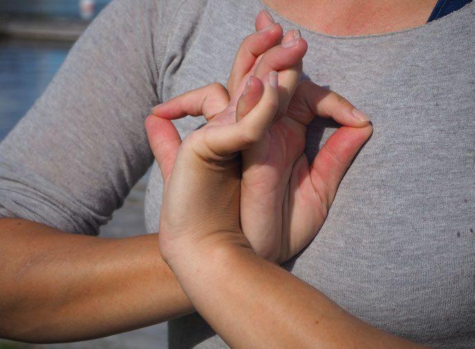 Mudra: Elisabet Sørum knytter hendene sine sirlig mot brystet og viser en samlende posisjonen «Modig hjerte».