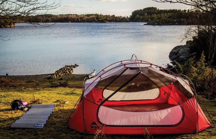 Det var fint å kunne sette teltet opp i dagslys og utnytte siste rest av solstråler til litt opptørking. Det var nesten som om vi kjente varmen.